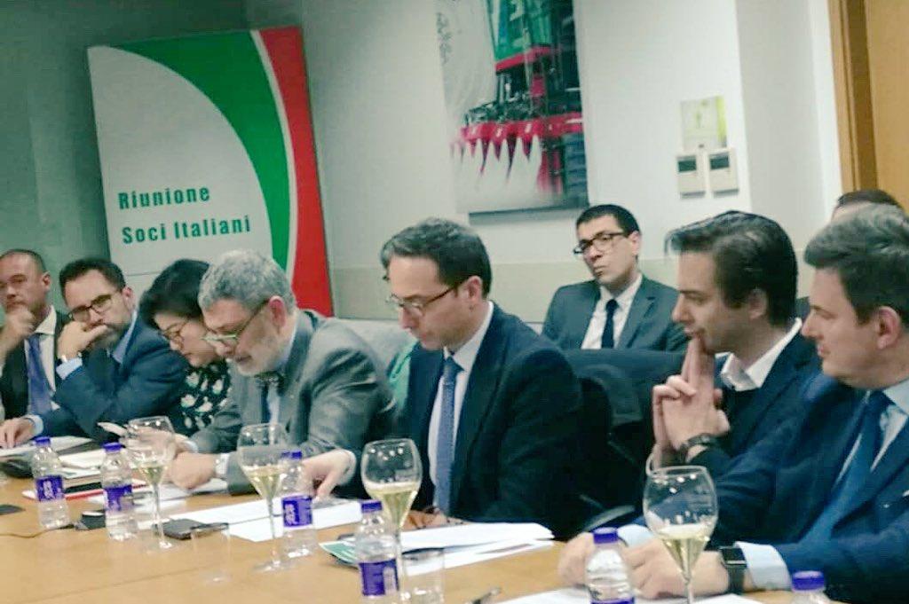 Con i membri italiani🇮🇹 della Camera di Commercio Europea🇪🇺 in Cina🇨🇳 parliamo in VTC delle opportunità e dei problemi del nostro business. Insieme promuoviamo l'Italia in Cina. Grazie a @DAndreaCarloD. 🇮🇹🇮🇹 @ItalyMFA @ItalyinShanghai