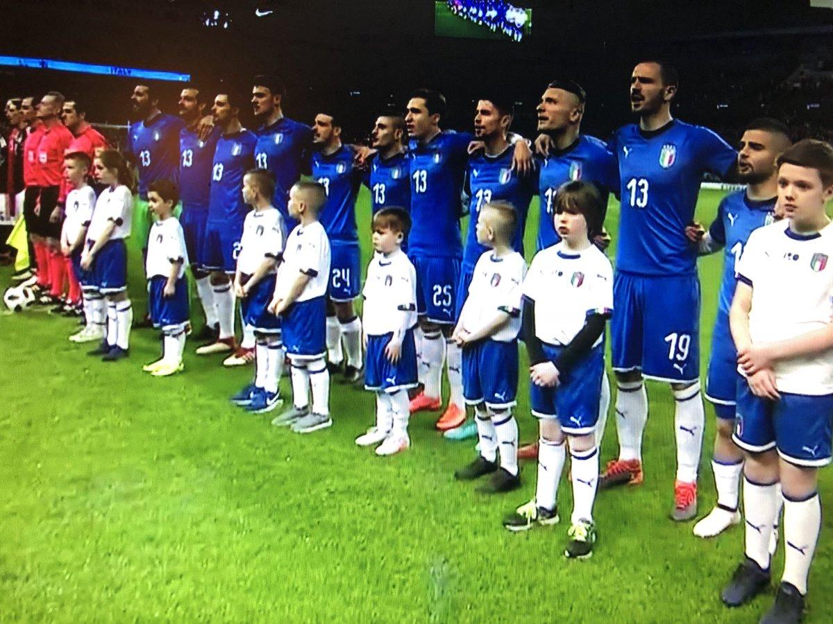 Tous les joueurs italiens portent le numéro 13 en hommage à Davide Astori #ArgentinaItalia