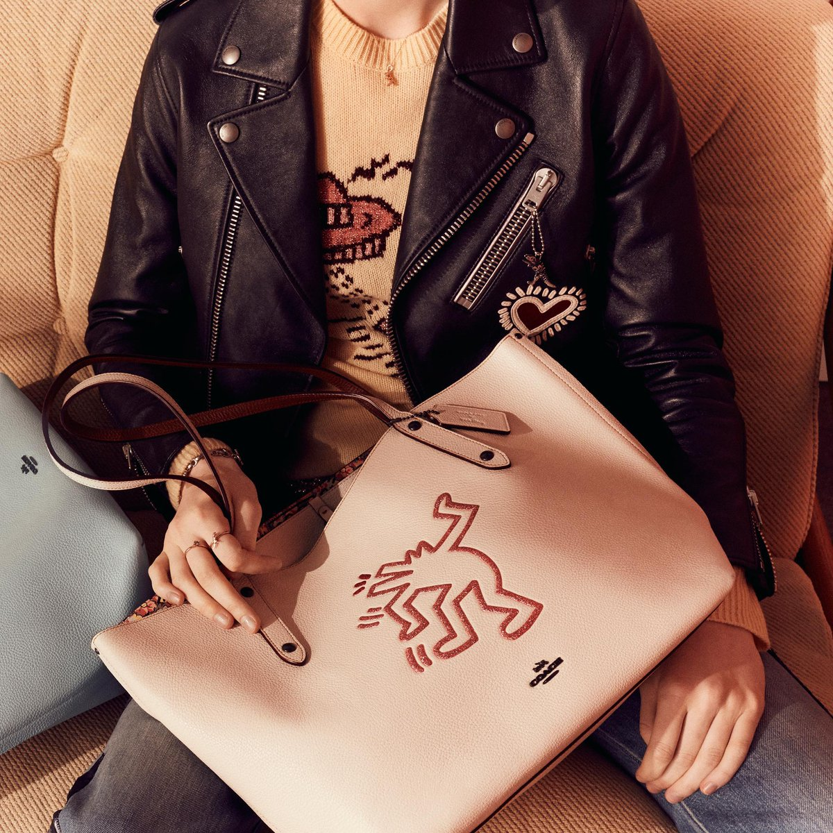 Carry your art. Our special-edition #KeithHaring's Market tote stars the artist's barking dog. #CoachxKeithHaring #CoachNY https://t.co/qlsm83294f