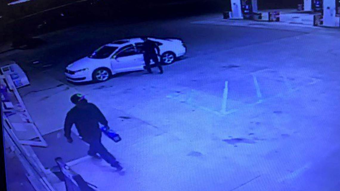 Chapin gas station robbed ... quite casually https://t.co/DNHDutDIUb