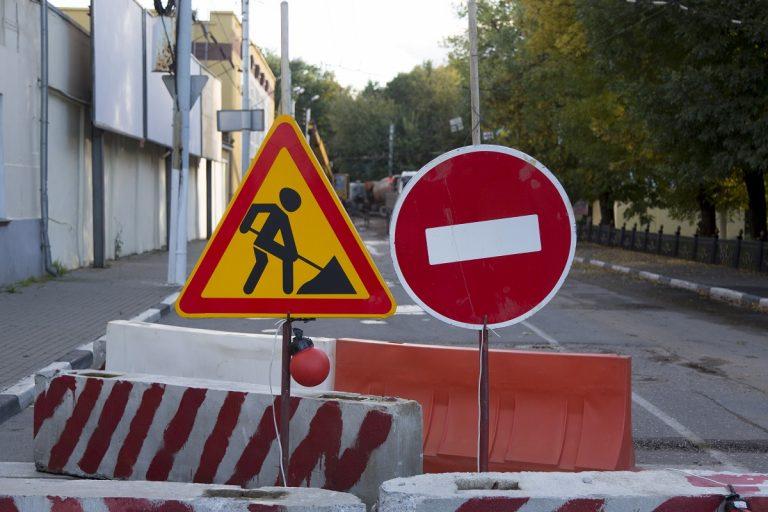 движение на дороге с разделительной полосой