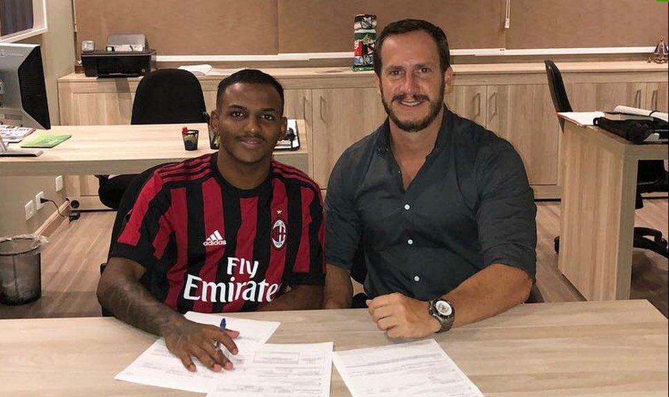 Sem clube, jovem atacante brasileiro desperta atenção do Milan e assina por dois anos https://t.co/Vt7OaMavWi