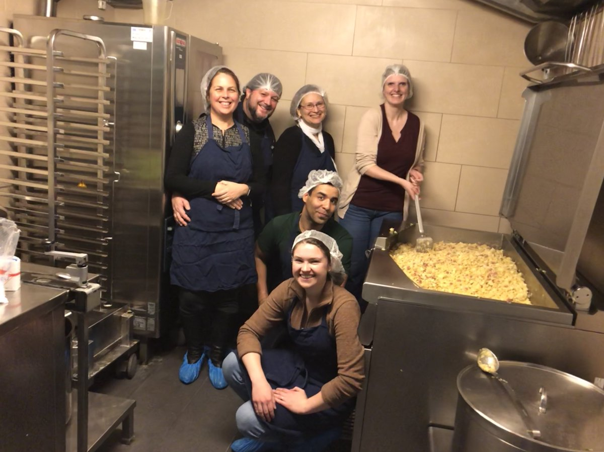 US Fulbrighters and Fulbright Austria staff cooked a hot meal for over 100 people at Caritass soup kitchen, the Gruft, yesterday! #fulbright #fulbrightaustria #wirhelfen