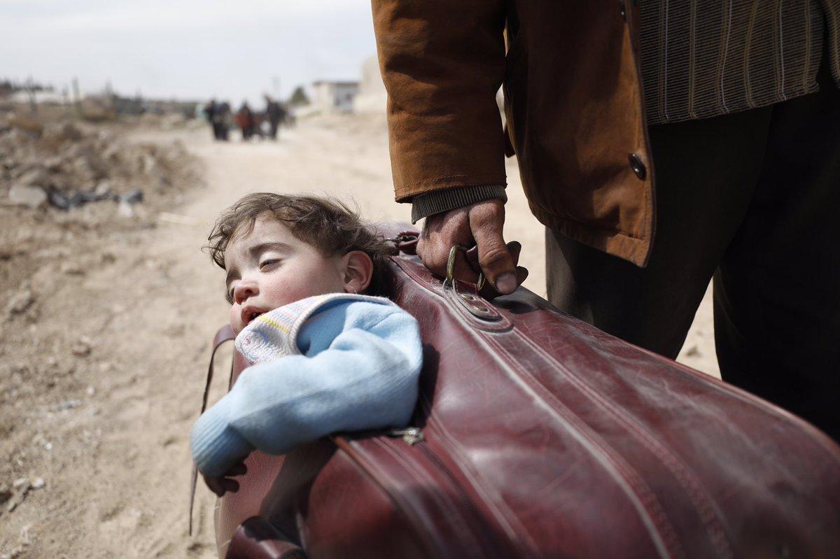 E vergogniamoci. #GhoutaEst #Siria #bamb...