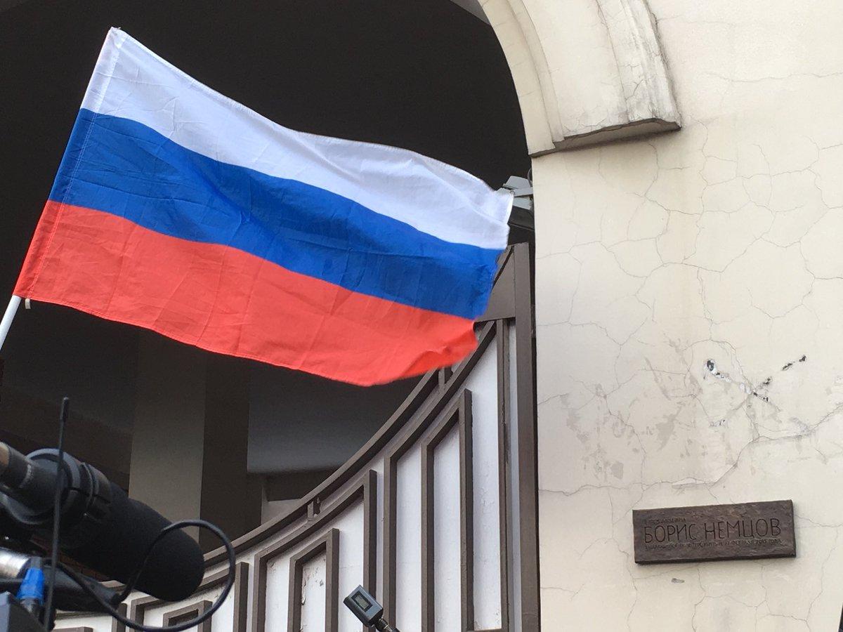 В Москве на доме, в котором жил Борис Немцов, установили мемориальную табличку