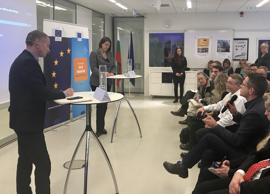 Vår flygbranschef @flygfredrik frågar transportkommissionär @Bulc_EU om flyg. Hon förtydligade flygets viktiga roll och att studier visar att flyget inte gynnas av skattelättnader jämfört med andra transporter #EUdialogues #svpol
