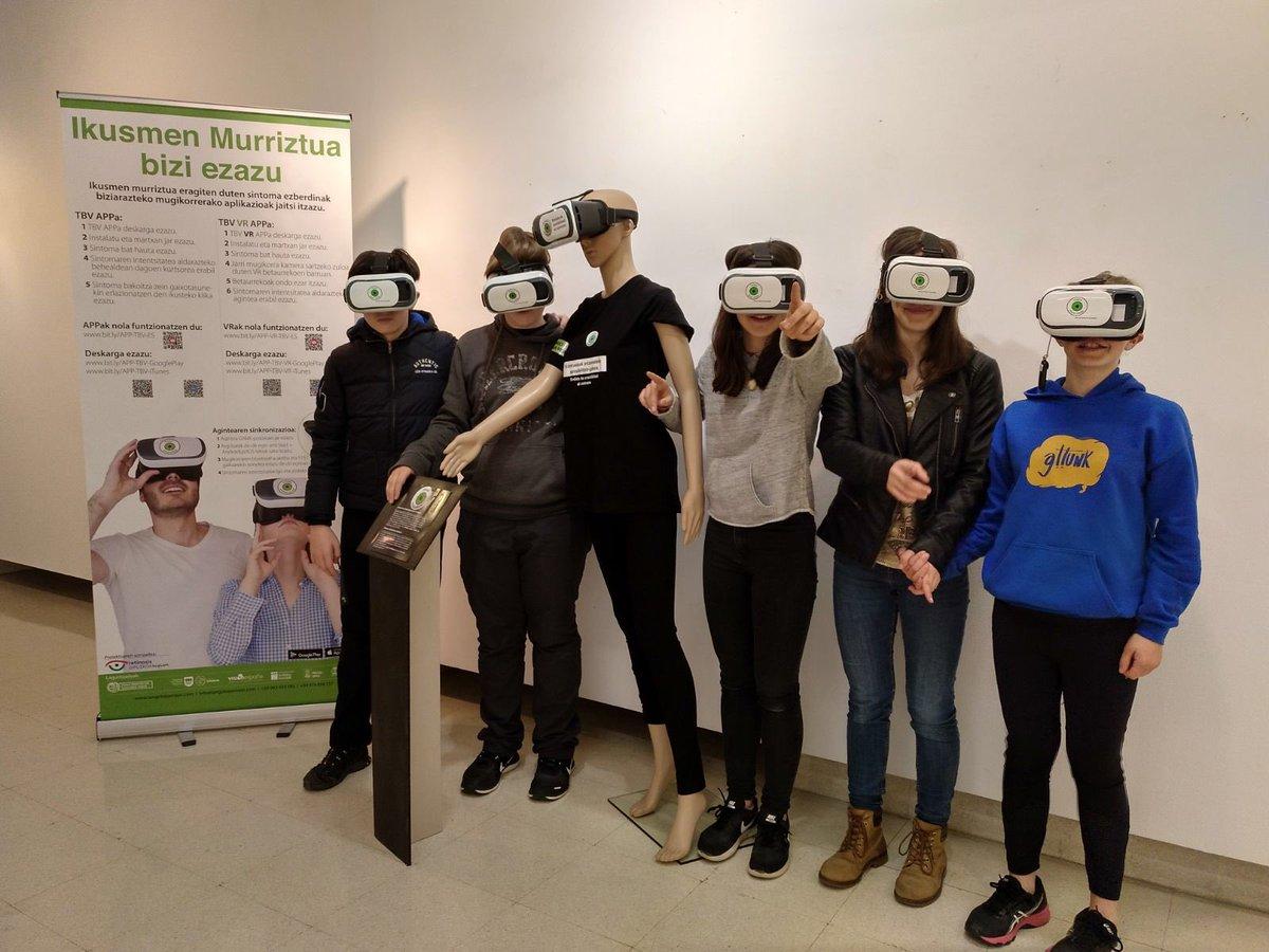 Grupo de amigos experimentando la baja visión gracias a las APPs Tengo Baja Visión y a las gafas de realidad virtual