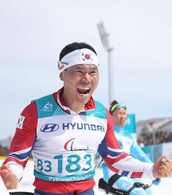 신의현, 크로스컨트리 7.5Km서 금메달 쾌거..감동의 역주  한국 선수가 동계패럴림픽에서 금메달을 따낸 건 이번이 처음이다.  https://t.co/P9KsDciqNc