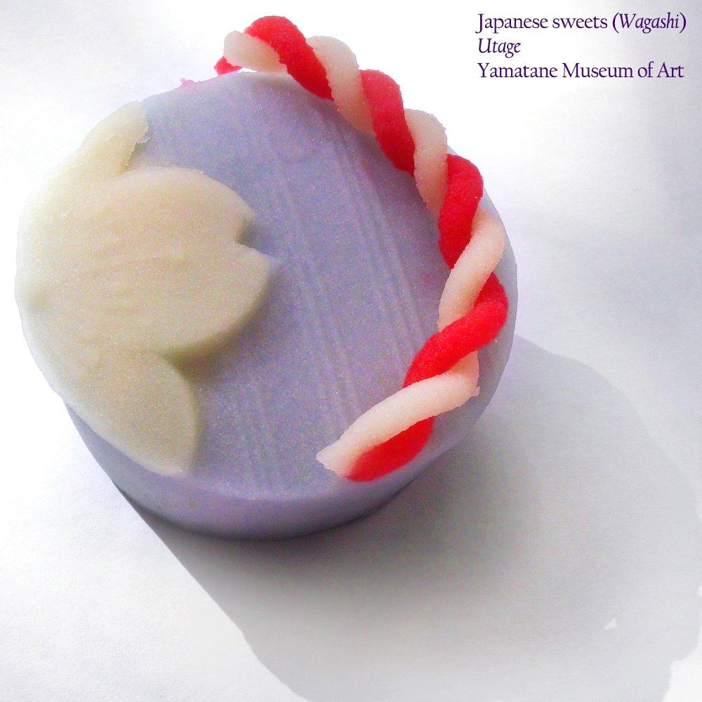 菱田春草《桜下美人図》をモティーフにした和菓子「うたげ」。作品に描かれた満開の桜と垂れ幕が、優美な練り切りに♪中には、胡麻の風味を加えた菊家特製のこしあんが入っていて、胡麻の風味が口の中に広がります。(山崎)@山種美術館