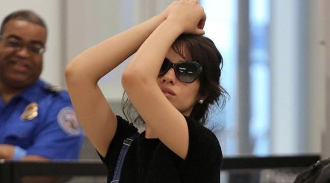 .@Camila_Cabello trolled the paparazzi at the airport and it was a treat https://t.co/489KeB8oQG