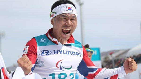 #평창 #패럴림픽 에서 #신의현 이 우리나라의 역대 첫 #금메달 을 따냈습니다. 신의현은 오늘(17일) 강원도 알펜시아 바이애슬론 센터에서 장애인 #크로스컨트리 스키 남자 7.5㎞ 좌식 경기에서 22분 28초 40을 기록해 우승했습니다.