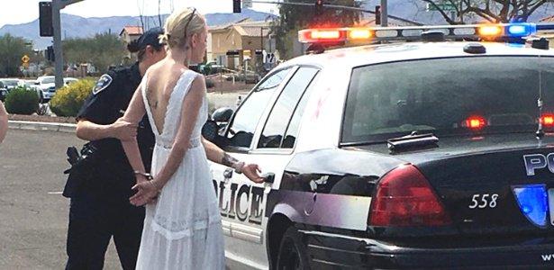 Noiva é presa a caminho de seu casamento por dirigir bêbada https://t.co/NEjHGKHsdp