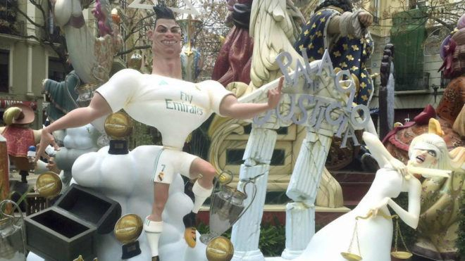 .@Cristiano is used to being the star of the show ⭐️   This time, it's at the Valencian festival of Las Fallas!  🔥  https://t.co/IE5k7PONyN
