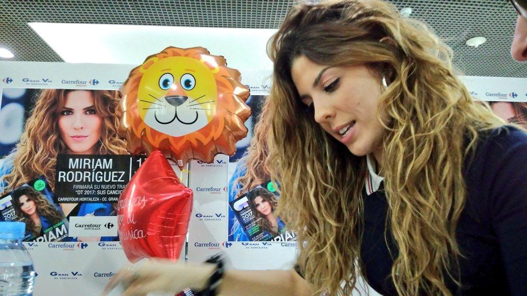 ¡Firmando discos como una leona! 👏👏🦁  #C...