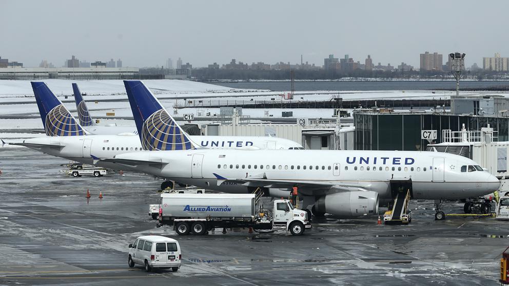 United Airlines desvía un vuelo por llev...