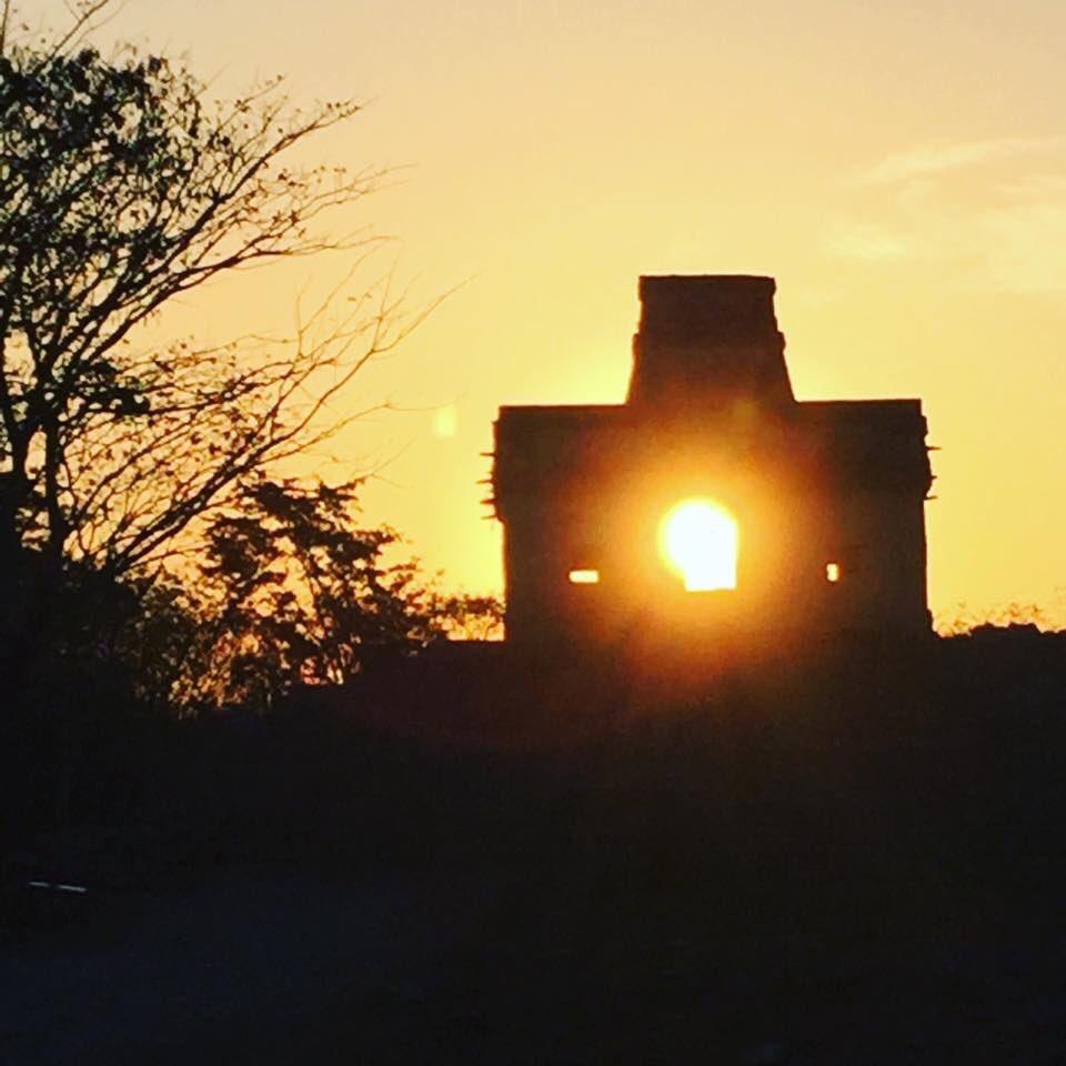 #Equinoccio de #Primavera. El milagro del Sol posando en la Casa de las Muñecas. En #Dzibichaltun, Yucatán. Via @jenarovillamil #mayas  @webcamsdemexico  @EsMexico  @edificiosmayas