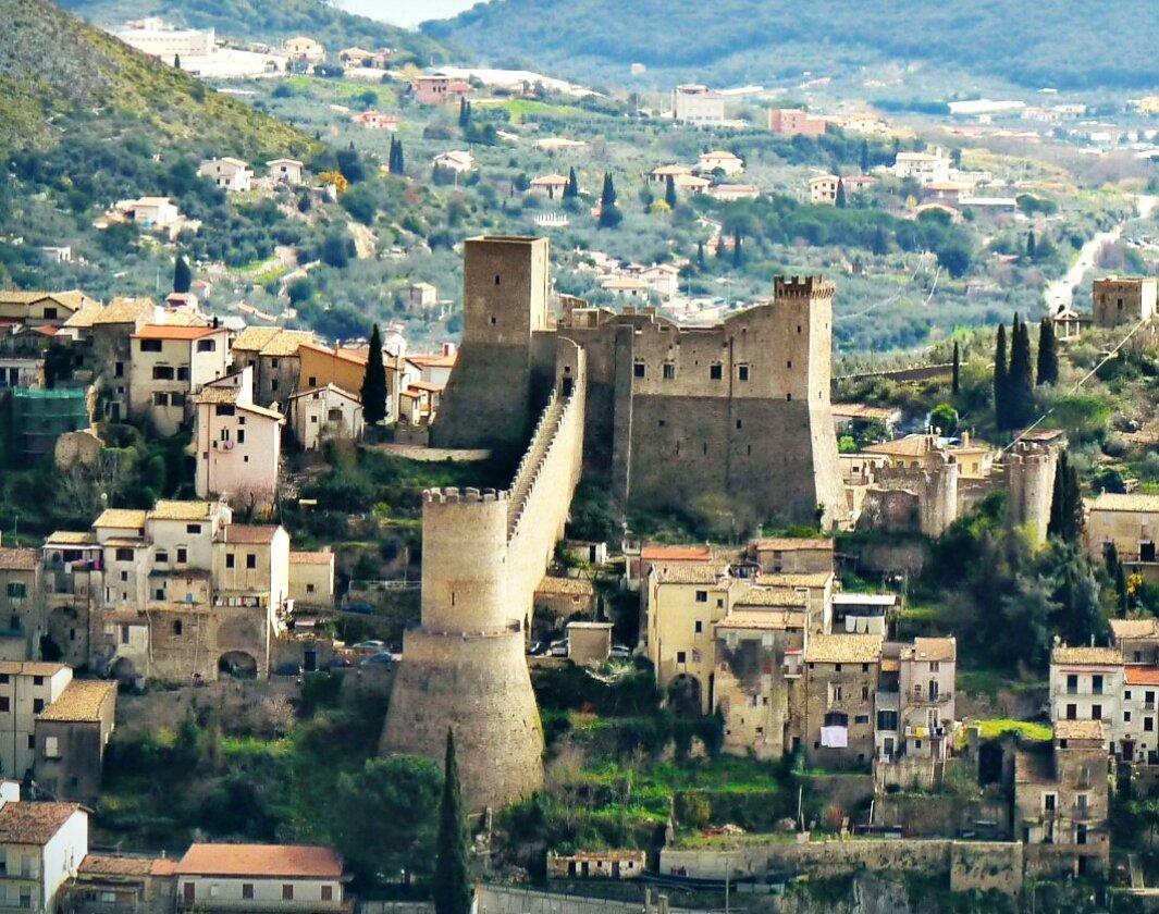 🏰Visit #Itri - charming hilltop town in #Lazio region,that lies on the old Roman #ViaAppia road. The town is famous for its medieval castle, Museum of Fra Diavolo and Brigandage, beautiful countryside and the trails of the NaturalPark of the #Aurunci Mountains. #dcqitalia #Italy