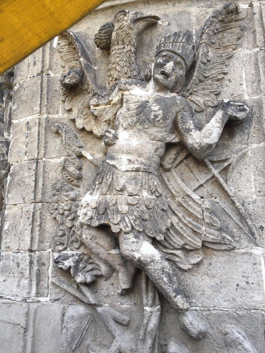 El sueño de Motecuhzoma realizado en relieve frente a la iglesia de San Hipólito en la #CDMX El relieve retrata el sueño premonitorio que tuvo el Huey Tlahtoani donde un águila gigante lo levantaba y finalmente lo dejaba caer. El augurio de su muerte @BRINQUIITOS  @mx_df