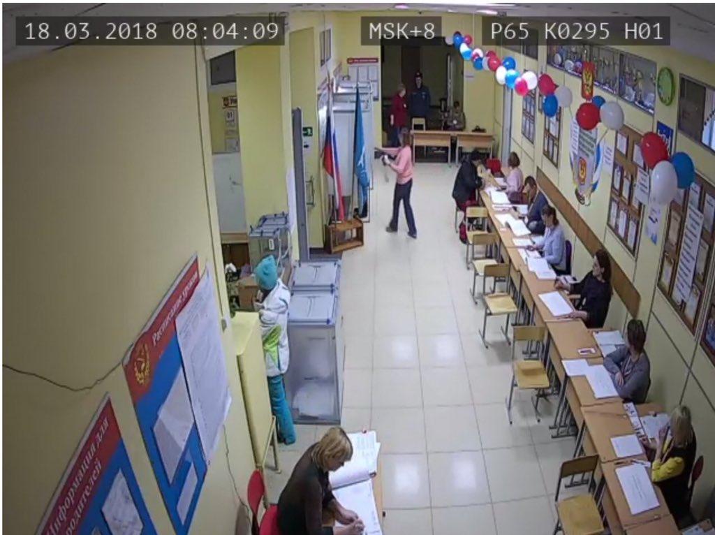 В Южно-Сахалинске через пять минут после начала выборов в урне полно бюллетеней https://t.co/h94BweVWds