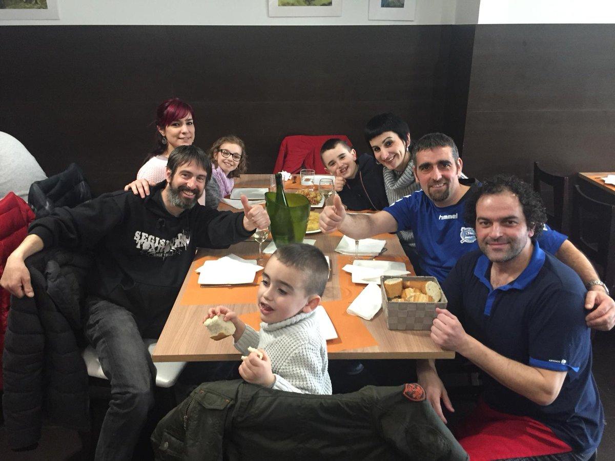 Aitor ganador de la porra del Villareal-Alavés, disfrutando de su premio gracias a Bar-Restaurante El Bosque (Los Herrán, 2)