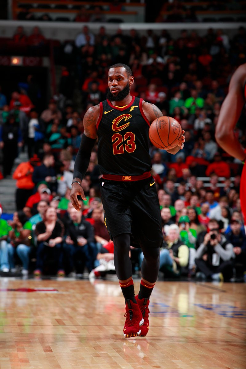 #TripleDoubleWatch   LeBron posts monster half with 21 PTS, 7 REB, 6 AST #AllForOne   @cavs 69 | @chicagobulls 52  📺: https://t.co/zOID8JGPAu