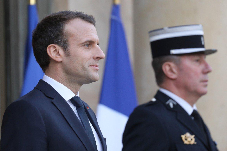 AFP - Sondage de popularité: Macron en baisse de 2 points, Philippe de 3 >> https://t.co/4xGa4AXBbM