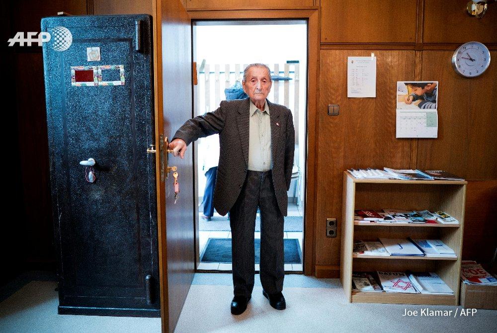 Voici Marko Feingold, 104 ans. Il avait 24 ans qd les nazis sont arrivés au pouvoir en Autriche en mars 1938, il a survécu à quatre camps et raconte notamment ses années d'après-guerre, quand 'l'Autriche ne voulait pas reprendre les juifs' https://t.co/w6KseUZ8JQ #AFP
