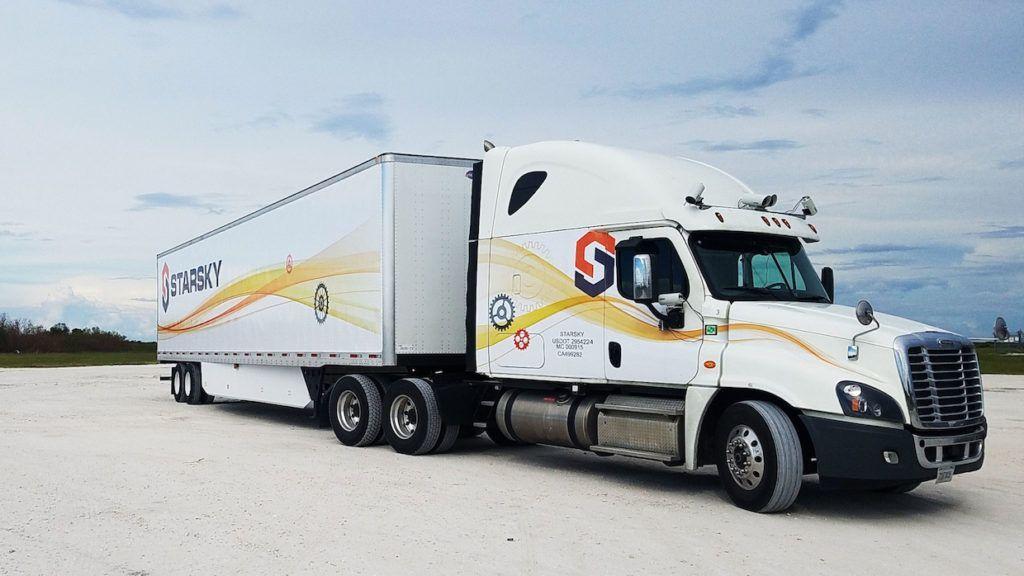配送トラックの自動化をめぐり、大手のUberとは異なる方針で開発を進めるスタートアップが注目を集めている。完全無人のトラックを「オフィスにいる運転手」が遠隔監視し、自律走行させるものだ。配送効率や運転手の職場環境向上そして交通事故の減少も期待される。https://t.co/rcw010GCUs