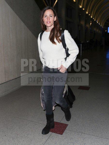 Jennifer Garner Sighted at LAX Airport i...