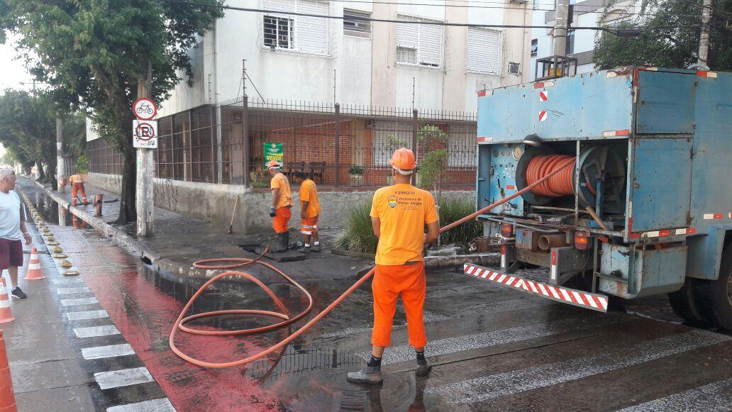Prefeitura trabalha no conserto de rede entupida por lixo em esquina de Porto Alegre; moradores se queixam que local fica alagado https://t.co/rRRTLeSUco