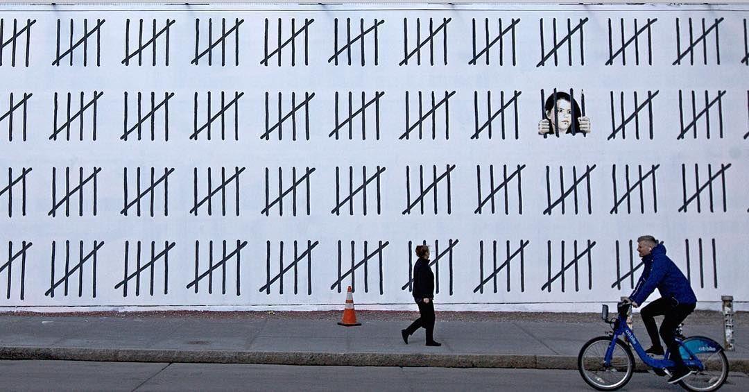 À New York, Banksy a dévoilé cette immense fresque de 20 mètres de long en soutien à l'artiste turque Zehra Dogan, condamnée à 3 ans de prison pour avoir peint une seule image.