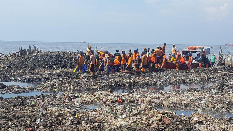 Petugas yang Tetap Happy Bersihkan Sampah di Teluk Jakarta https://t.co/WKeVSSDHNO https://t.co/VeT4pvUZSe