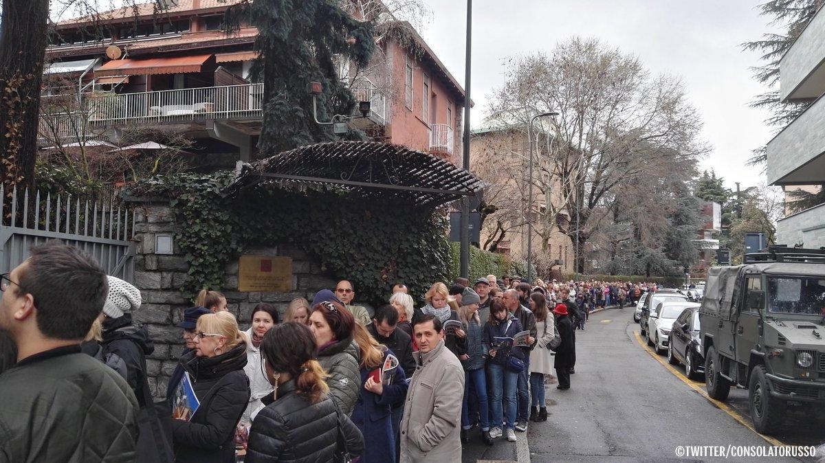В очереди за бюллетенями стоят и россияне, проживающие в Италии. Число граждан, желающих проголосовать на избирательной участке при Генконсульстве России в Милане, стремительно растет https://t.co/N8NNqvkMBB