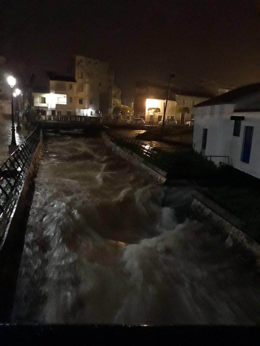 Se sigue buscando sin descanso a Diego, guardia civil de Guillena #Sevilla arrastrado por las aguas cuando rescataba a tres personas que se encontraban en un coche en un arroyo crecido #Fuerza compañeros