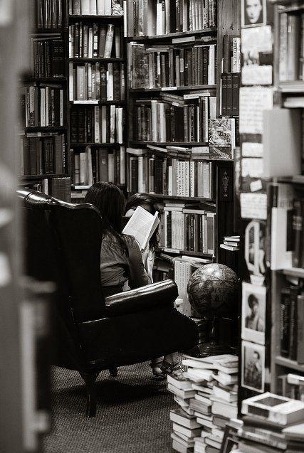 """@CasaLettori @Robinson_Rep Grazie e #BuonaDomenica #TravelWithBook""""Ecco il bello dei libri. Ti permettono di viaggiare senza che ti sposti di un centimetro...""""  - Ukustom"""