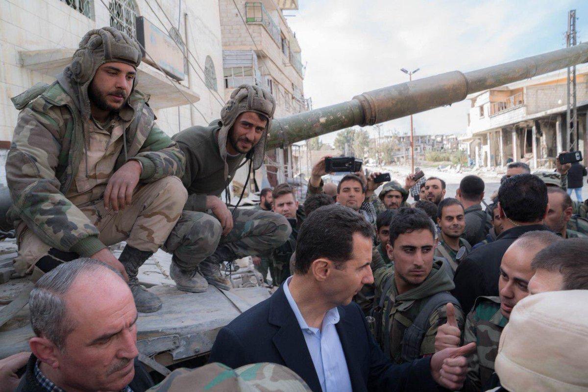 Изнемогающие под гнетом кровавого тирана сирийцы с отвращением делают селфи с ним: Асад приехал в освобожденный район Восточной Гуты
