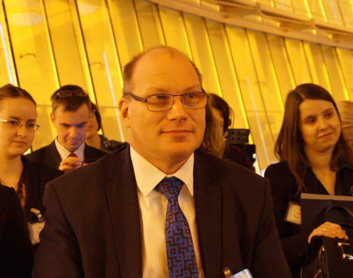 Paldies deputātiem Jansonam un Sudrabai! Divi no simts tautas priekštāvjiem ieradās konferencē «TĪKLS», kur klātienē varēja diskutēt ar Vācijas, Ukrainas, Lietuvas, Igaunijas, Moldovas, Krievijas vēsturniekiem par totalitāro režīmu represīvo iestāžu dokumentu publiskošanas veidu.