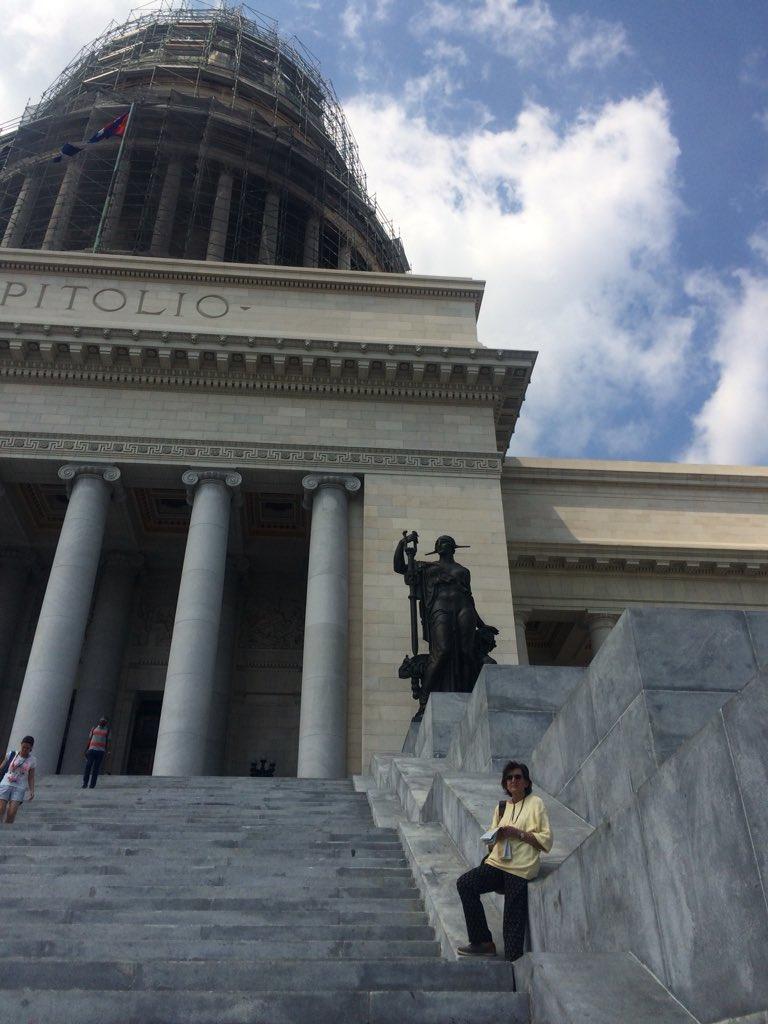 Avevate dei dubbi? Sono a la Havana e sono proprio io più morta che viva (ammazza come stancano i viaggi ad una certa età) davanti al #CapitolioNacional in ristrutturazione e simile alla Casa Bianca. Perché? 🤔