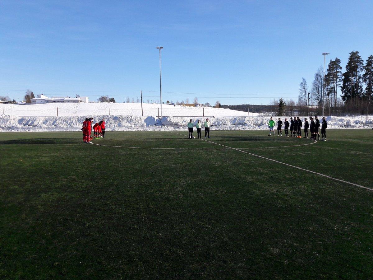 Ett minutts stillhet før kampen mot Årvoll etter det tragiske dødsfallet til Adrian Ovlien.  Vi taper kampen 1-4. Vårt mål ble scoret av Rahim. Takk for kampen, @AarvollIL. @Lokalfotballen