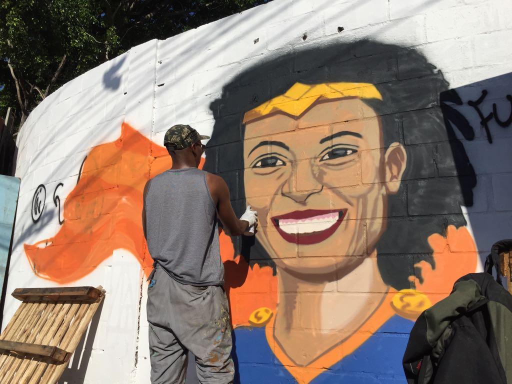 Centenas marcham no Rio em homenagem à vereadora Marielle Franco, morta a tiros. A repórter Júlia Dias Carneiro acompanha o clima de comoção, palavras de ordem e críticas à intervenção, além da defesa dos direitos de quem mora nas favelas e da cobrança de uma solução do caso.