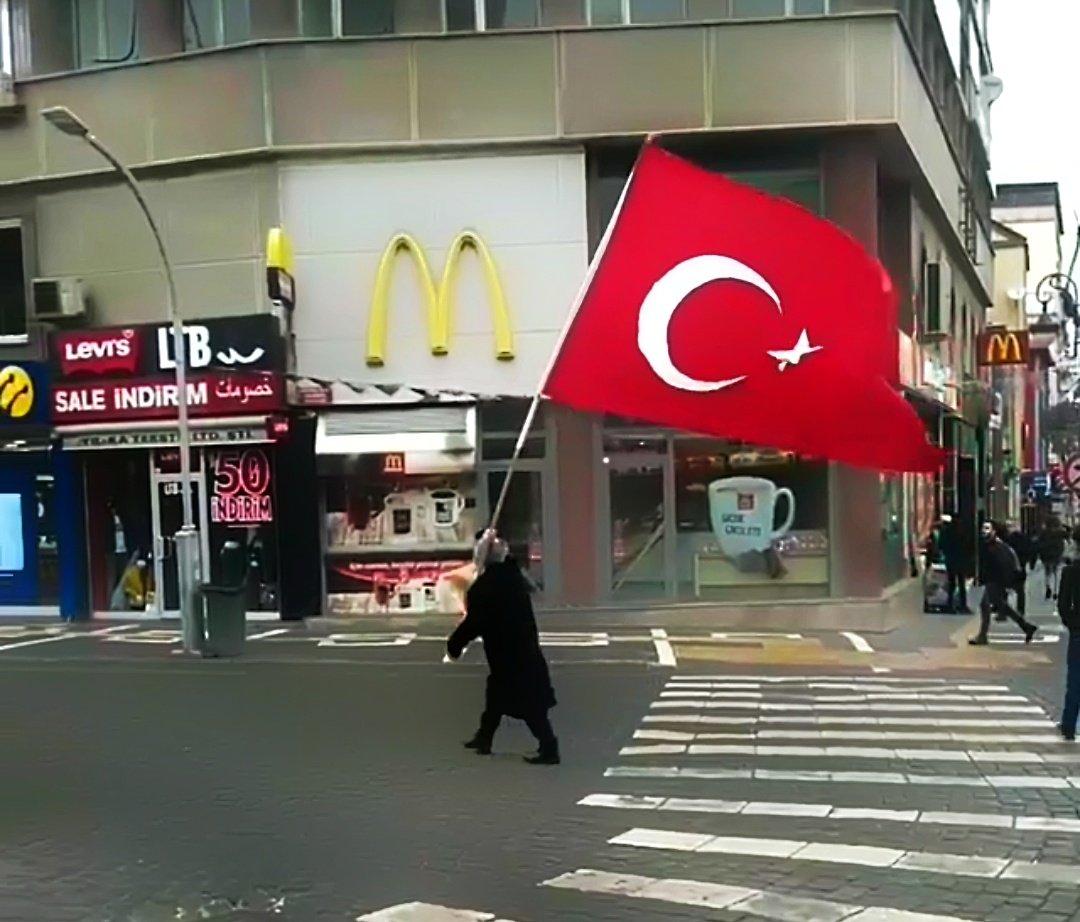 Trabzon Meydanda elinde Türk Bayrağıyla...