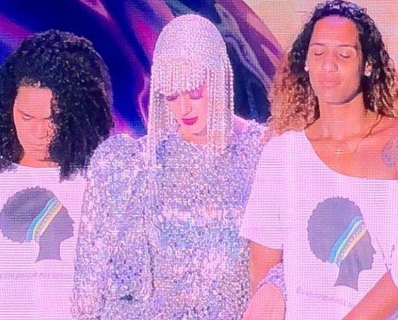 A popstar recebeu a irmã e a filha de Marielle no palco. Katy Perry disse está com a família e prestou a solidariedade. Um minuto de silêncio foi respeitado. O público respondeu e gritou o nome de Marielle Franco.