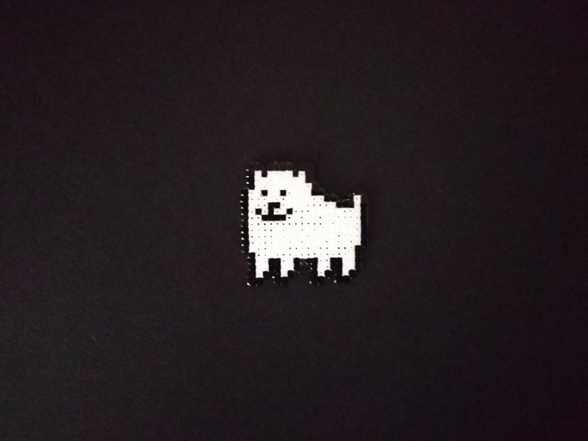 大きさ確認用の試作品。背景は黒画用紙。 元よりアンテのドット絵は色数少なくて色選び楽だけど、こいつの場合それすら必要ない。 イヌは あたまに やさしい  背景の黒が透けるのはマグネットシート(表面は白)貼ったら解決するはず。
