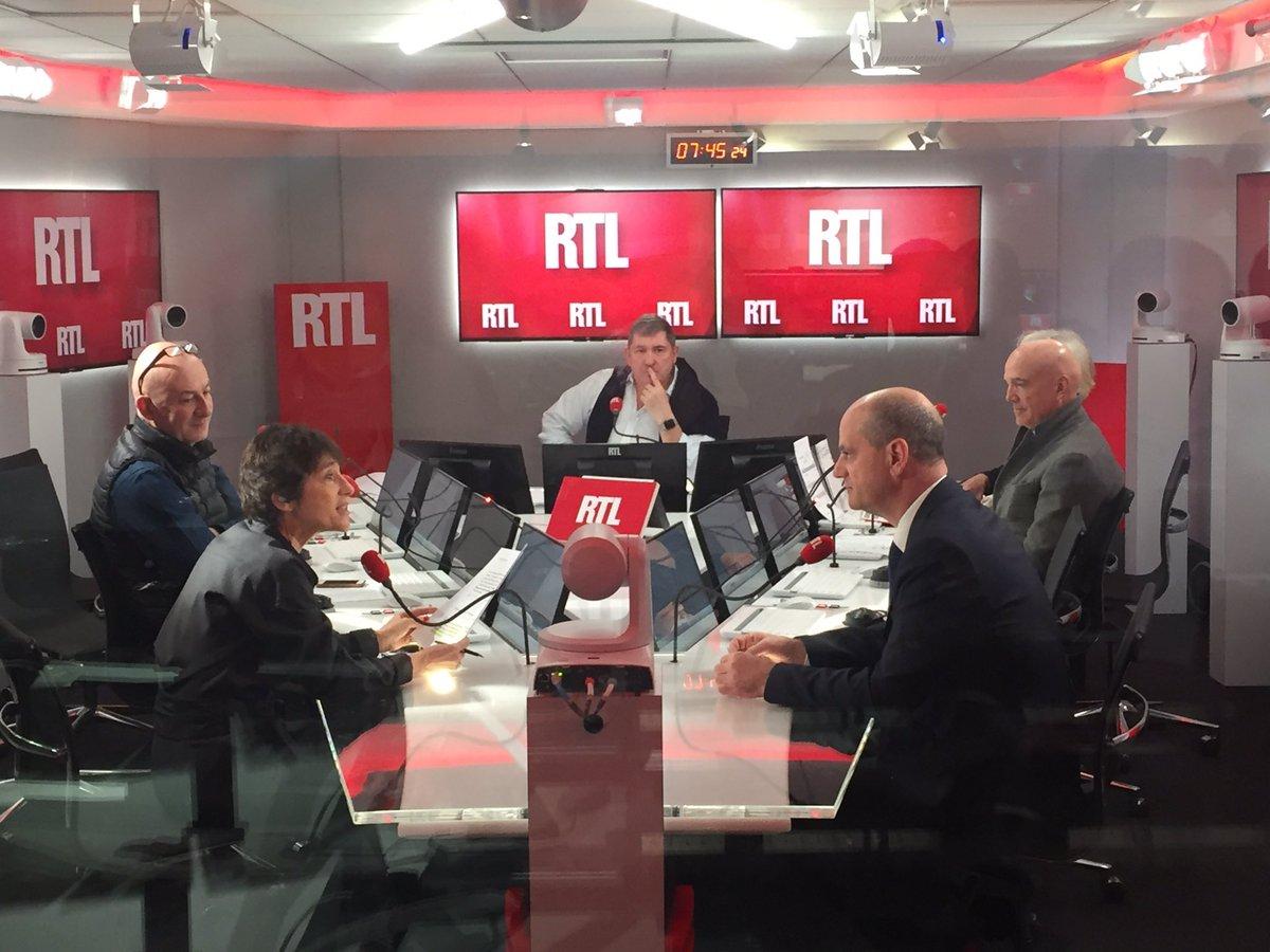 Yves Calvi anime la matinale dans le nouveau studio de RTL