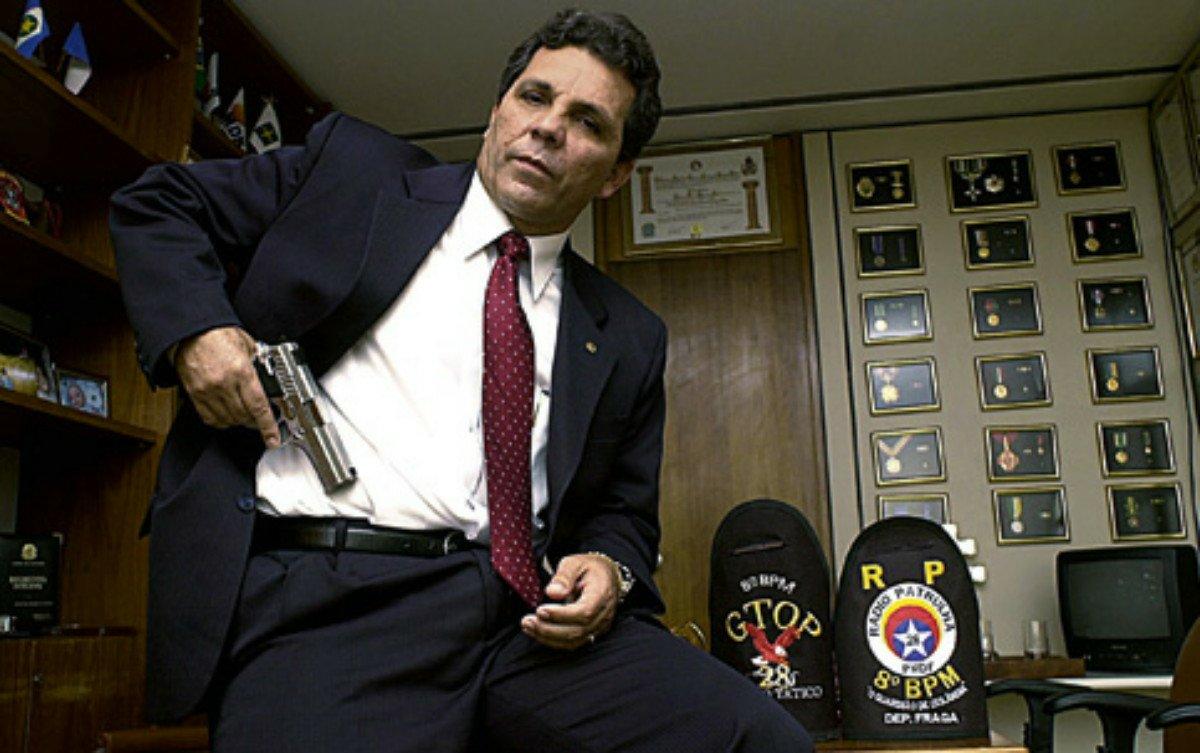1 - Líder da bancada da bala no Congresso, o deputado Alberto Fraga (DEM/DF) conseguiu neste fim de semana sepultar a minguada chance que tinha de se eleger governador do DF este ano. Segura aqui na minha mão, vamos junto que explico