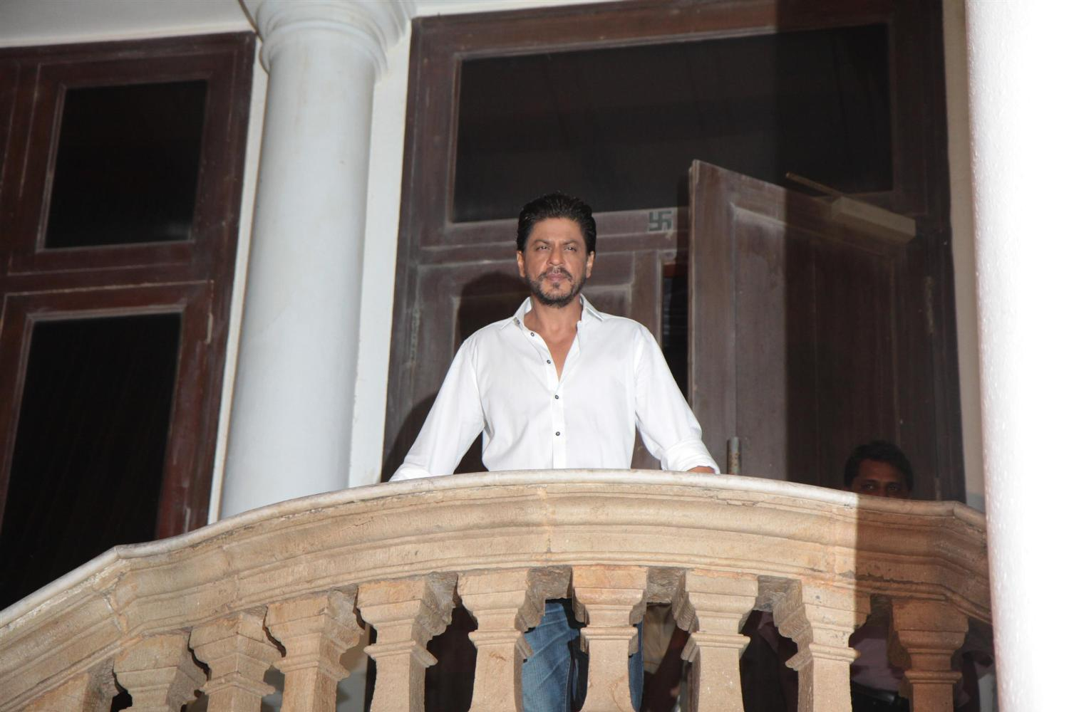 His presence turns Mannat into Jannat to us �� https://t.co/tBW4QKdcTY
