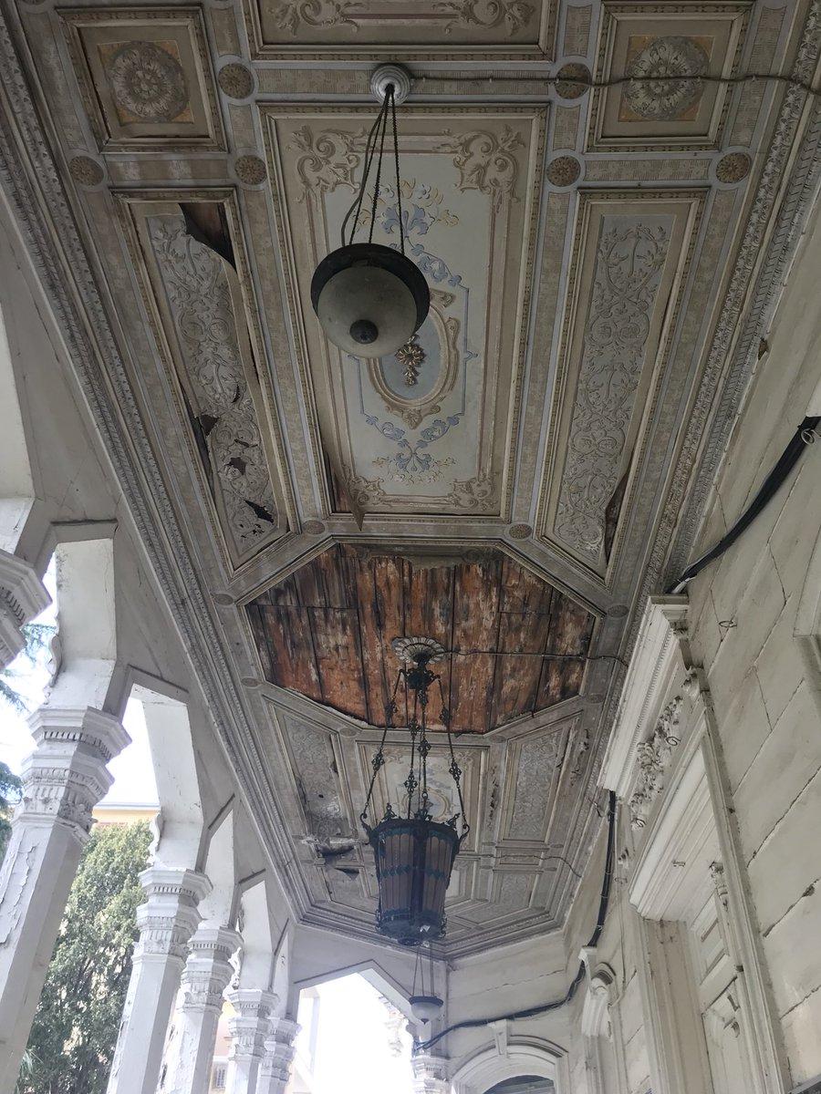 Hacopulos Köşkü girişi, Büyükada. Kalemişleri ahşap tavan altına gerilen muşamba/deri üstüne uygulanmış.