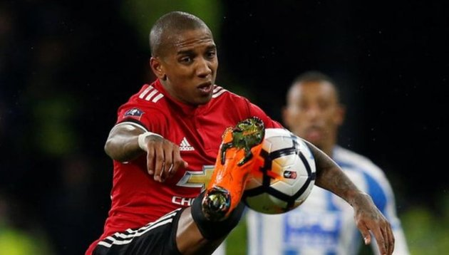 Manchester United have triggered a one-year extension clause in Ashley Young's contract.  ✍  More: https://t.co/qC1v3zxlwb