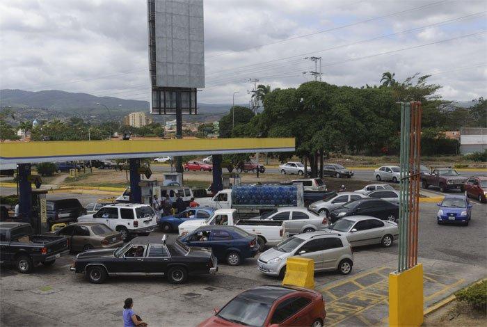 Colas para surtir gasolina vuelve a ser...