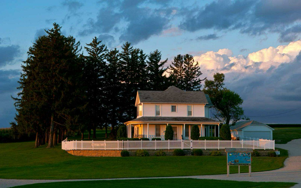 """You can spend the night at the iconic """"Field of Dreams"""" house https://t.co/jIdimfkdQe"""